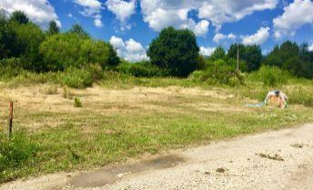 PREDAJ: Slnečný, rovinatý pozemok (775m2) v rezidenčno-rekreačnom areáli na Polomke