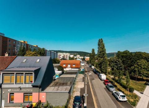 Na prenájom príjemný 2 izbový byt s balkónom a loggiou s výhľadom na Malé Karpaty
