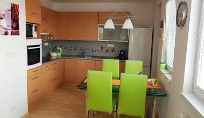 EXKLUZÍVNY PREDAJ: Ponúkame na predaj moderný, čiastočne zariadený 3-izbový byt 83m2 s veľkým balkónom 13m2 v Dunajskej Lužnej