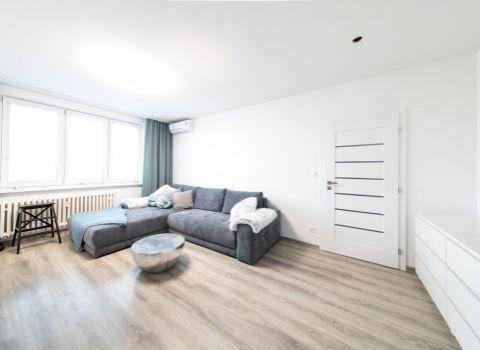 Na predaj kompletne zrekonštruovaný a zariadený 2 izbový byt s pekným výhľadom na Herlianskej ulici v Ružinove