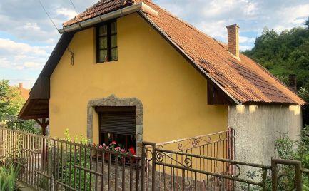 MAĎARSKO - PERKUPA 2 IZBOVÝ RODINNÝ DOM S NOVOU STRECHOU, LETNÁ KUCHYŇA, POZEMOK 1200 M2