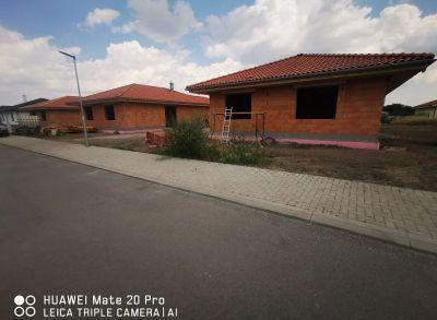 Teritoriálne 4-izbové rodinné domy s prekrytými terasami s americkým šatníkom na pozemkoch 676m2