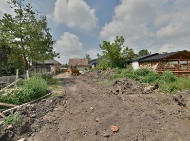 pozemok, 800 m2 – CÍFER: tichá ulica, CENTRUM obce, všetky IS na pozemku,