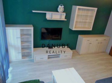 Predaj  veľký 3-izbový byt s  2 loggiami v Bratislave-Petržalke na Rovniankovej ulici.