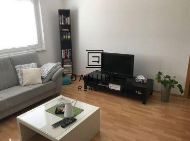 Prenájom veľký 3+1 byt s loggiou v Bratislave-Petržalke na Černyševského ulici.