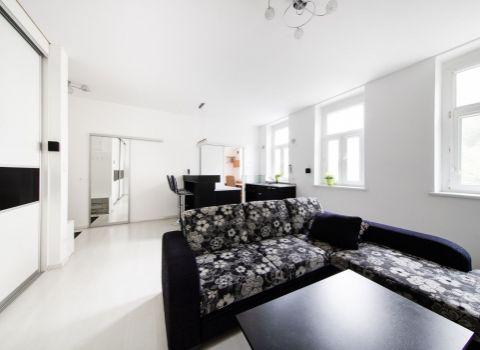 PRENAJATÝ -  príjemný 2 izbový byt v historickej časti Bratislavy na ulici Námestie 1. mája