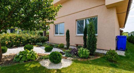 ÚTULNÝ rodinný dom s krásnou záhradkou.