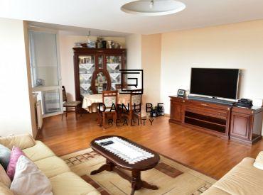 Exkluzívne na predaj nadštandardne veľký 3 izbový byt s garážovým státím a dvoma vonkajšími parkovacími státiami priamo pred vchodom v projekte Koloseo, Bratislava-Nové Mesto.