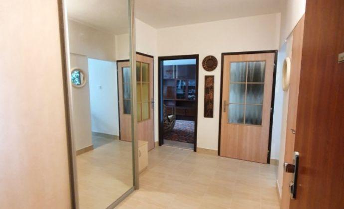 TOP PONUKA!  Veľký 3 izb.byt vo výbornej lokalite(slepá ulička) v centre špičkovej občianskej vybavenosti!