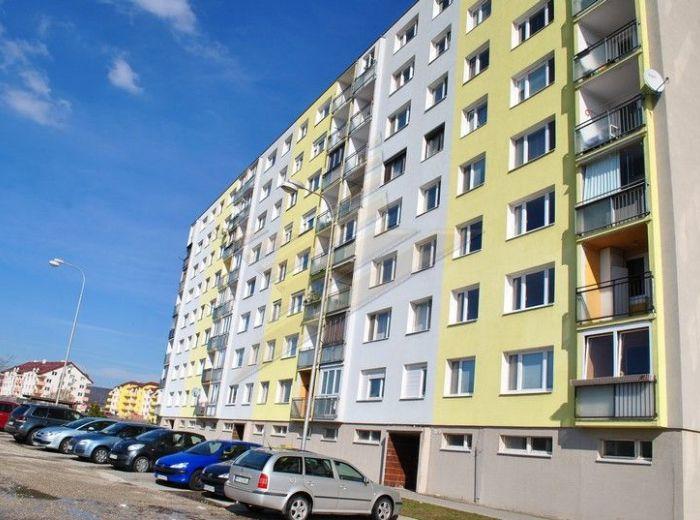 PREDANÉ - L. NOVOMESKÉHO, 1-i byt, 41 m2 – VEĽKÁ LOGGIA, zelené prostredie, ZATEPLENÝ BYTOVÝ DOM