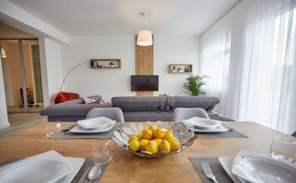 Ponúkame do prenájmu 3 izbový moderný, slnečný byt  s priamym výhľadom na Dunaj, na ulici  Rázusovo nábrežie, lokalita Staré Mesto, priame centrum.