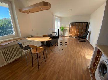 Prenájom 3 izbový svetlý byt na Žižkovej ulici v Bratislave- Staré mesto.