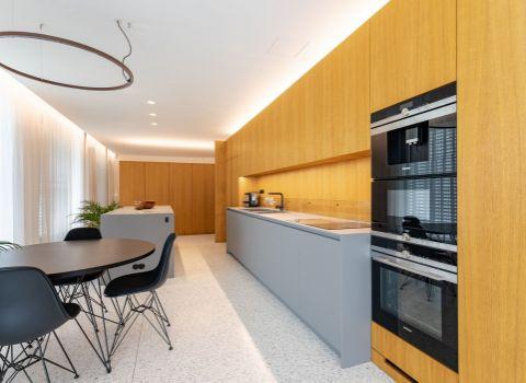 Na prenájom exkluzívny dizajnérsky zariadený veľko-metrážny byt v tichej lokalite Starého mesta s veľkou terasou