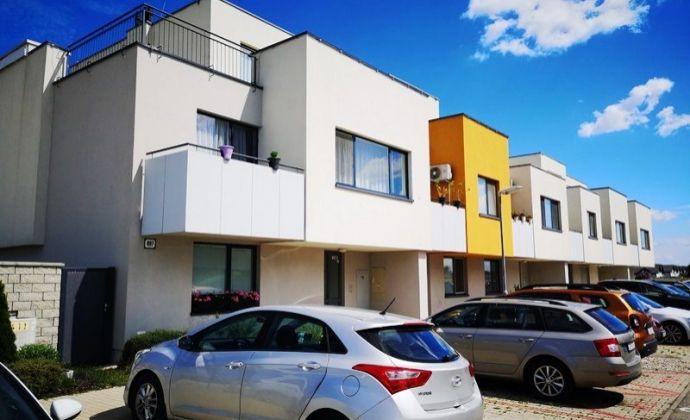 Pekná kompletne zariadená 2izb. novostavba s parkovacím státim v obci Hviezdoslavov, 15 km od BA