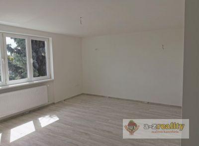 2982 Na predaj veľký 3-izb.byt v štvorbytovke v Nových Zámkoch