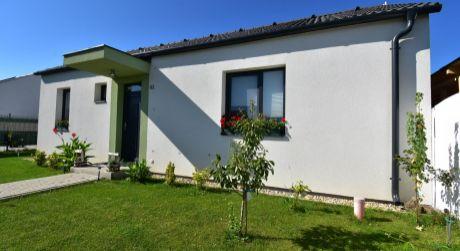 3 - izbový štýlový rodinný dom 62 m2, pozemok 222 m2 -  Rajka