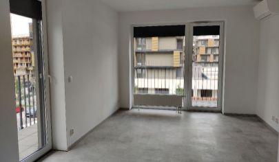 V Slnečniciach ponúkame na predaj 3 izbový byt s garážovými sťatím aj vonkajším parkovacím miestom.