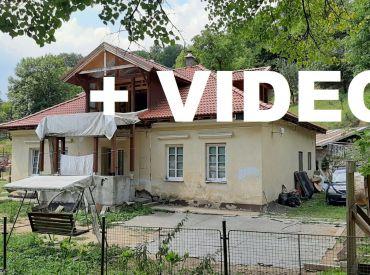 VIDEO.Vidiecky dom 4+1, čiastočne prerobený s veľkým pozemkom 9500 m2  - Vyhne