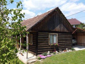 Drevenica so záhradou v obci Rešov, okr. Bardejov