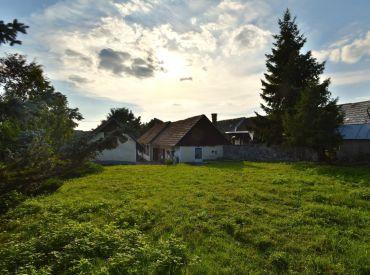 4i + 2i dom, 293 m2 – Baďan: pozemok 2 400 m2, ROZPRÁVKOVÁ CHALÚPKA S NÁDHERNÝM POZEMKOM pod Sitnom