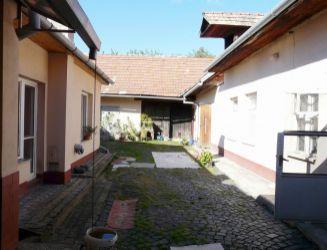 Krupina – 2 rodinné domy, hosp. budovy, garáž, pozemok 1000 m2 – predaj