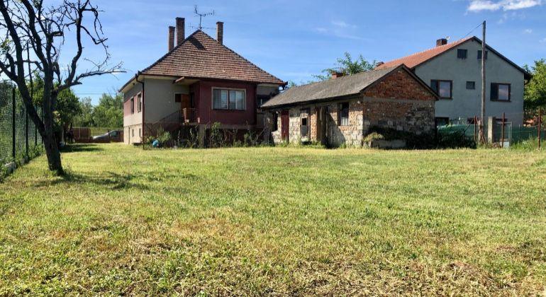 Rodinný dom na slnečnom pozemku v tichej lokalite obce Dobrohošť