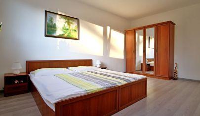 So samostatnou kuchyňou 1 izbový byt  blízko centra s krásnym výhľadom na zeleň a potok.