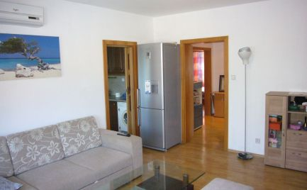 Ponúkame do prenájmu zariadený 3-izbový byt s klimatizáciou a zaskleným balkónom na Mierovej ulici v Bratislave – Ružinov, časť Prievoz.