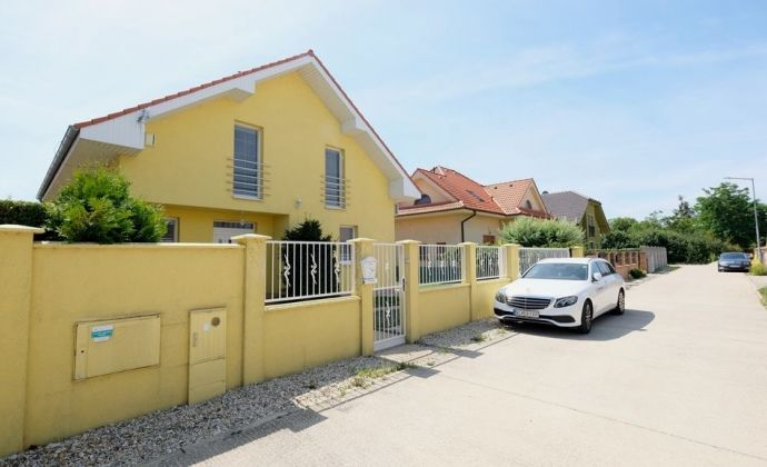 Krásny priestranný 5-izbový dom v tichom prostredí blízko R7 (Bratislava - Dunajská Streda)
