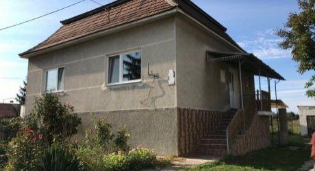 PREDAJ - čiastočne prerobený 3 izbový rodinný dom s 2 garážami, pozemok 32 á, Nová Stráž