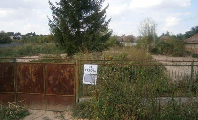 POZOR! Oplotený, rovinatý stavebný pozemok v obci Dubník na predaj.