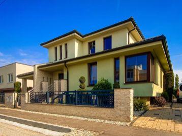 Na predaj nadštandardný rodinný dom s bazénom