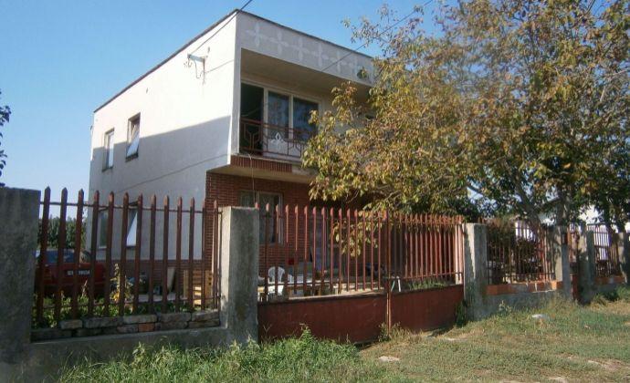 Veľký rodinný dom v obci Zemné na predaj.