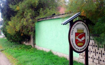 Slnečný pozemok v zastavanej a tichej lokalite obce Dobrohošť