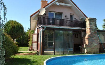 Dom s bazénom len na skok do Bratislavy s množstvom zelene.