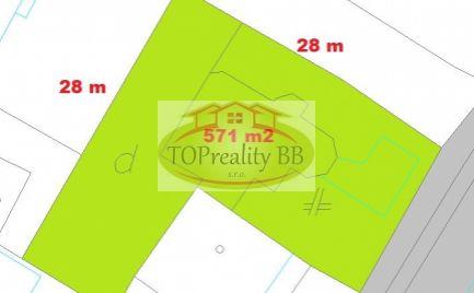 Slnečný rovinatý pozemok 571 m2, s hrubou stavbou domu, 19 km od B. Bystrice - cena 93 000€