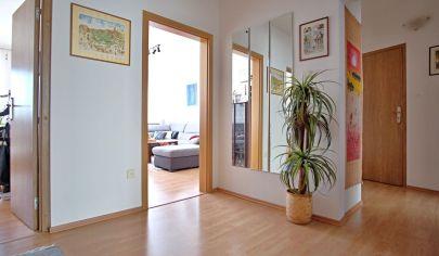 Na predaj veľmi príjemný 4 izbový byt (86 m2) v tichej časti Karlovej Vsi.