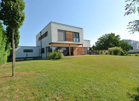 Predaj- exkluzívna viacgeneračná novostavba (359,77 m2, pozemok 840 m2) s obytnou  pivnicou vhodnou napr. na zriadenie ordinácie, kancelárie alebo ďalšieho bytu, s dvoj-garážou a terasami v pokojnej u