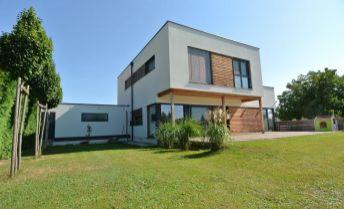 Predaj- exkluzívna viacgeneračná novostavba (359,77 m2, pozemok 1440 m2) s obytnou  pivnicou vhodnou napr. na zriadenie ordinácie, kancelárie alebo ďalšieho bytu, s dvoj-garážou a terasami v pokojnej