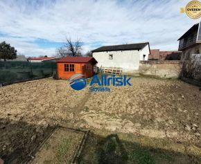 Predaj pozemku v blízkosti centra obce Dlhá nad Váhom.