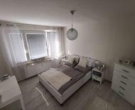 Ponúkame na predaj 2 izbový byt + 2x loggia, ktorý je prerobený a kompletne zariadený.