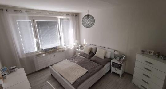 Ponúkame na predaj 2 izbový byt + 2x loggia, ktorý je prerobený a kompletne zariadený. znížená cena