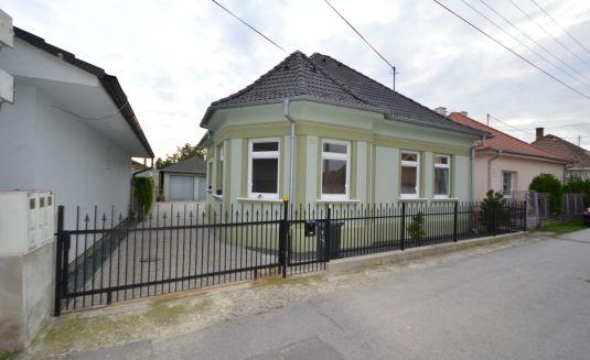 Rodinný dom, pivnica, dvoj garáž, veľký pozemok