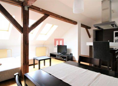Na prenájom štýlový 2 izbový podkrovný byt v historickom centre mesta na ulici Obchodná