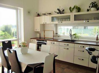 PROMINENT REAL predá moderný 5 izbový rodinný dom v novej časti v Kráľovej pri Senci.