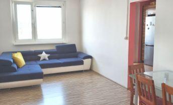 Ponúkame na PREDAJ priestranný 3 izb. byt v dobrej lokalite Petržalky