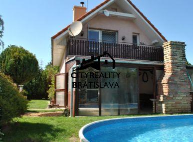 REZERVOVANÉ - Dom s bazénom len na skok do Bratislavy s množstvom zelene.