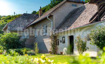 REZERVOVANÉ: Upravený vidiecky rodinný dom s okrasnou záhradou a sadom, 143 m2, Slizké, okres Rimavská Sobota