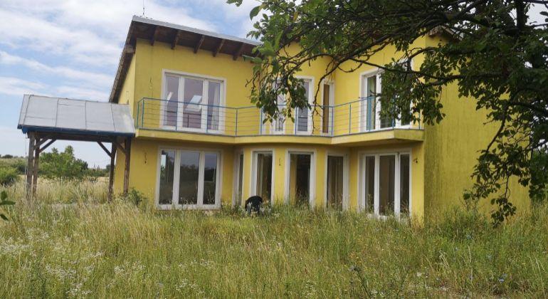 Na predaj 5-izbový rodinný dom na veľkom pozemku o rozlohe 15732 m2 v obci Košúty v okrese Galanta.