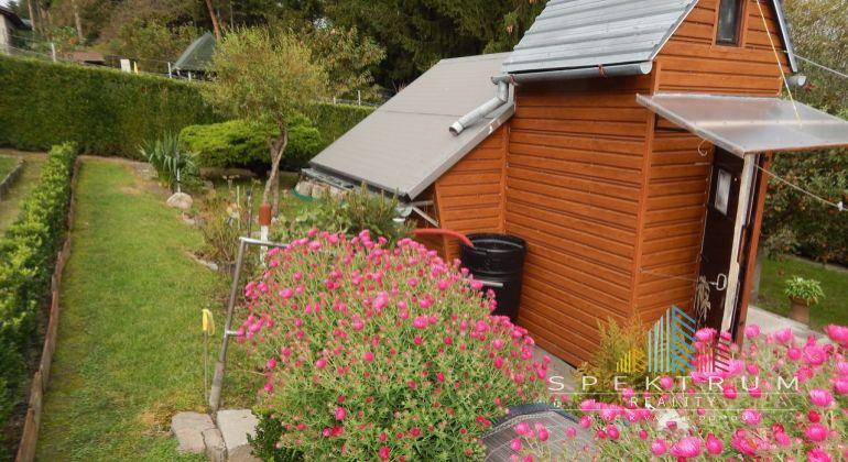 REZERVOVANÉ-Na  Predaj  drevená chatka so záhradou pozemok 465 m2, Handlová